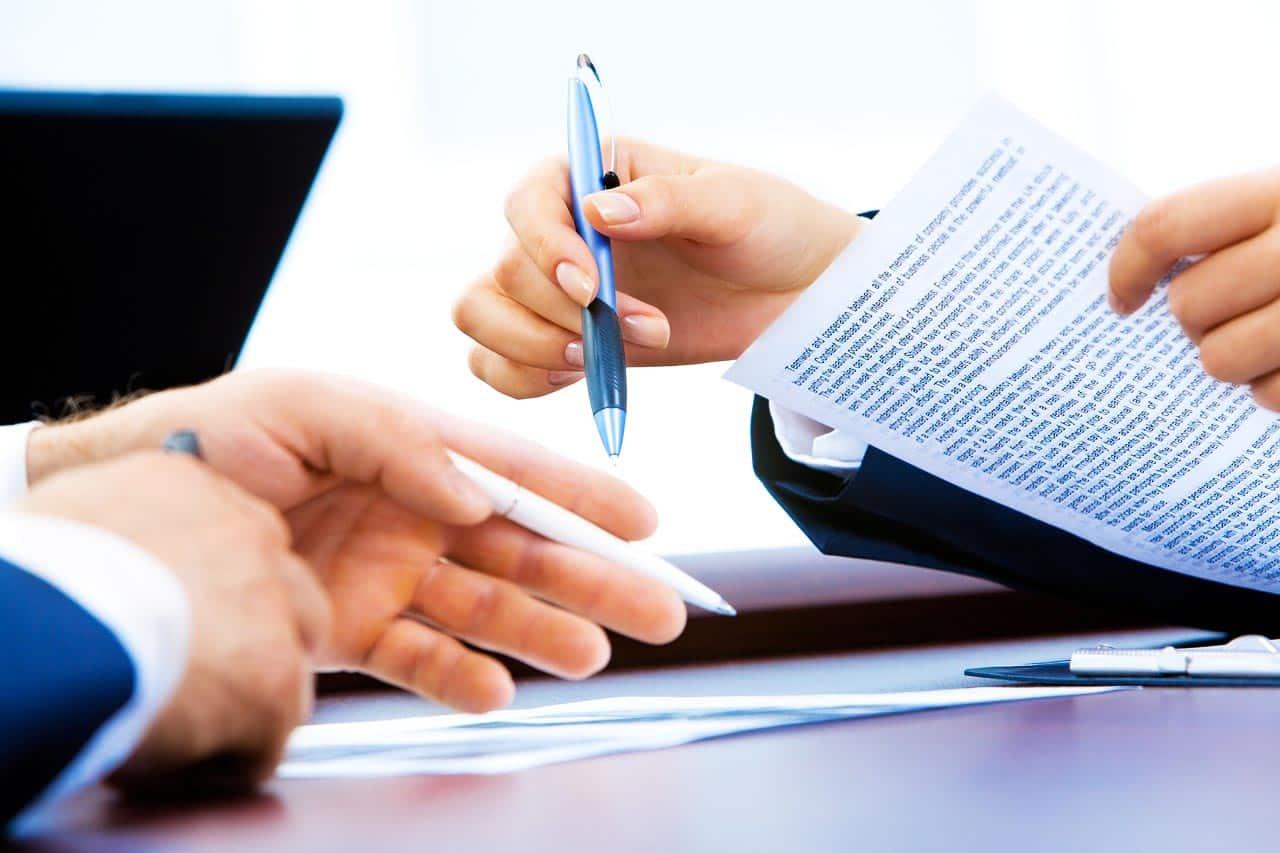 Fernlehrgegang Weiterbildung Wirtschaftsinformatik Geschäftsprozessmodellierung Hände Vertrag Stift