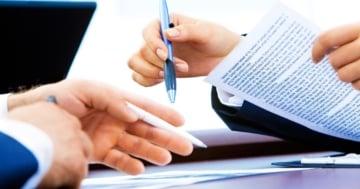 Fernstudium BWL Schreibtisch Hände Stift