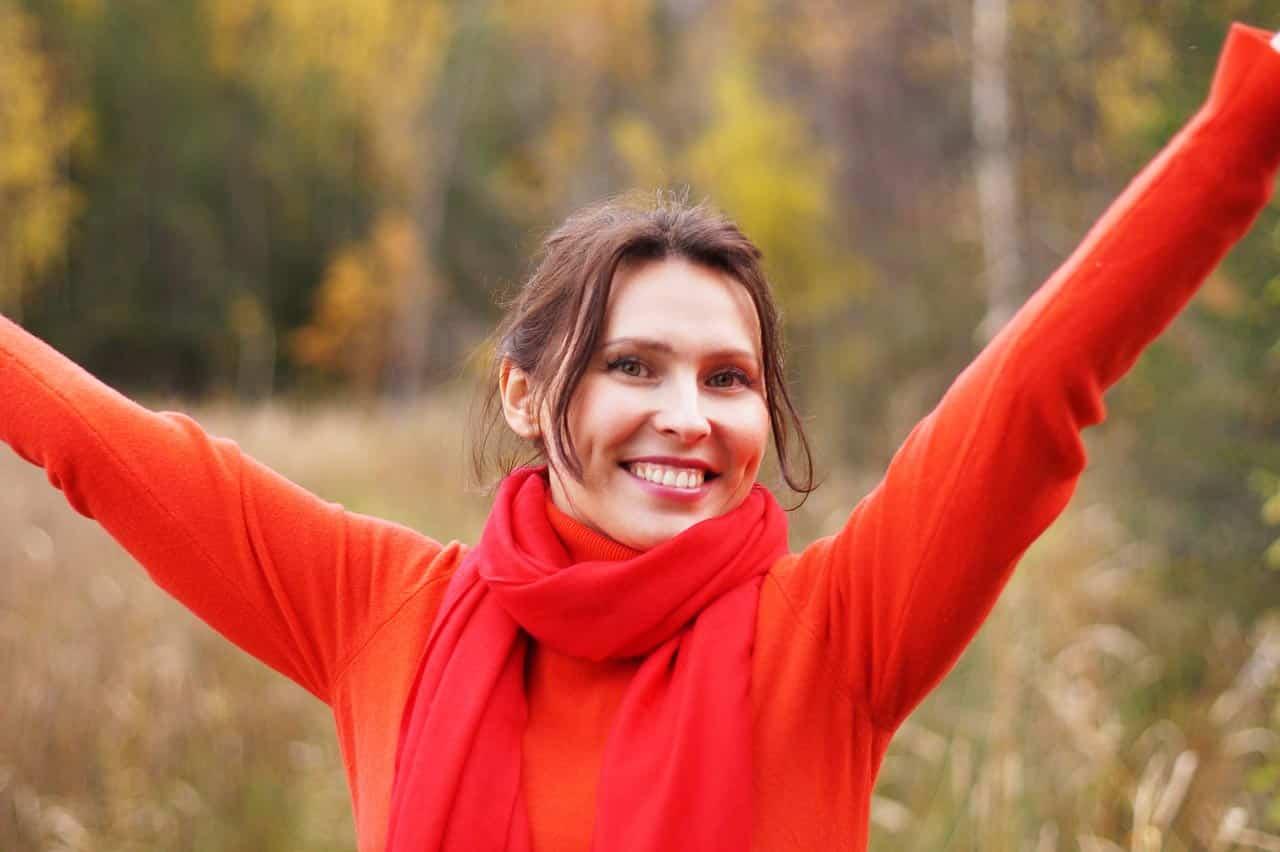 Gesundheitsökonomin Frau Erfolg streckt Arme aus