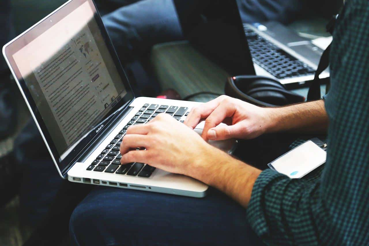 Fernstudium Wirtschaftsinformatik Master Abschlussarbeit Master-Thesis macBook schreiben