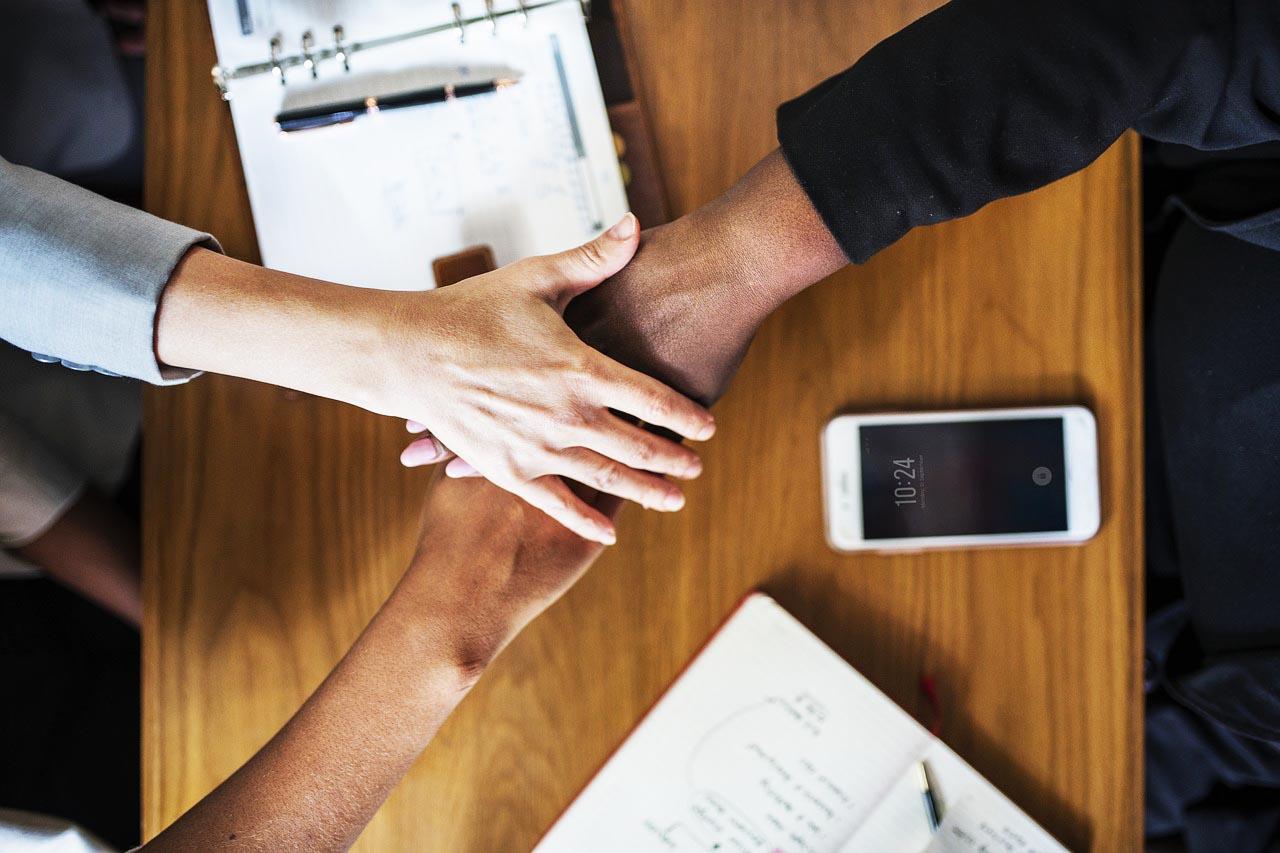 Menschen Zusammenhalt MBA Fernstudium günstig Stipendium