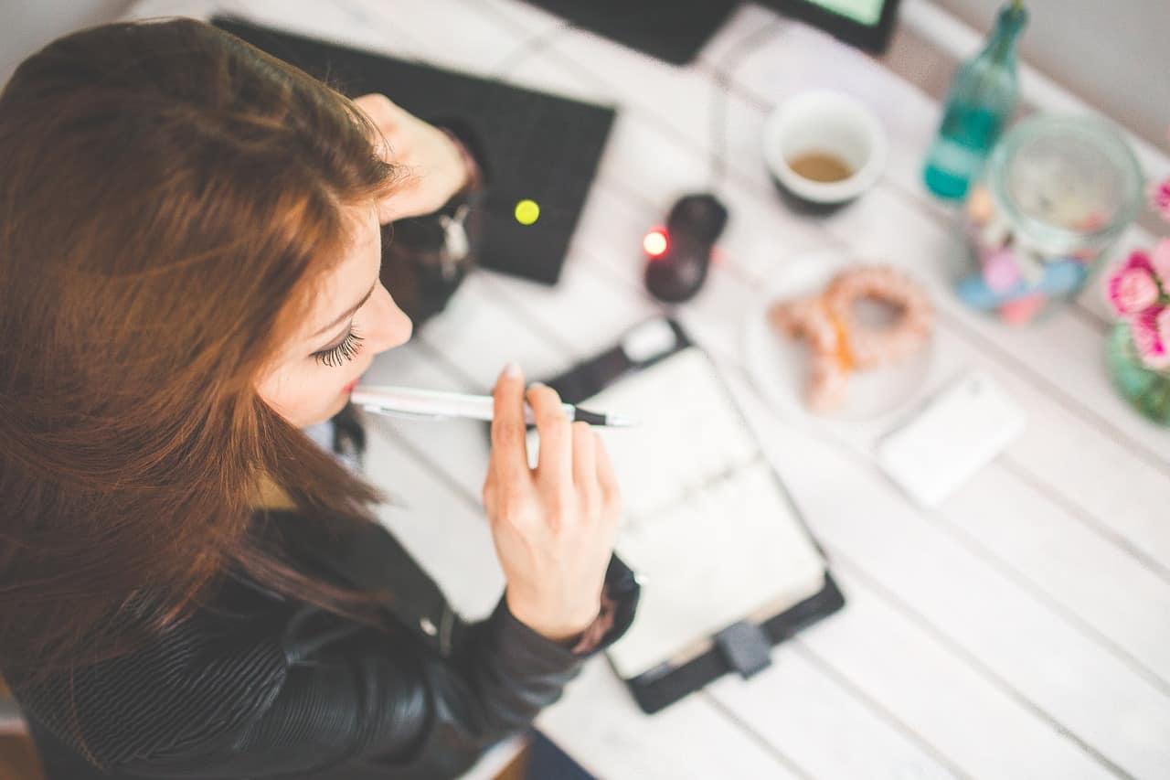 Junge Frau am Schreibtisch und studiert